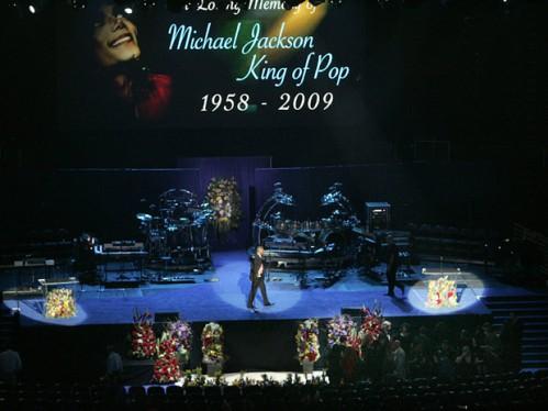 O funeral de Michael Jackson é realizado no Staples Center