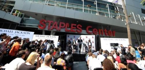Presidente da AEG Live, Tim Leiweke, dá entrevista em frente ao Staples Center, em Los Angeles, onde será realizado funeral de Michael Jackson (03/07/2009)